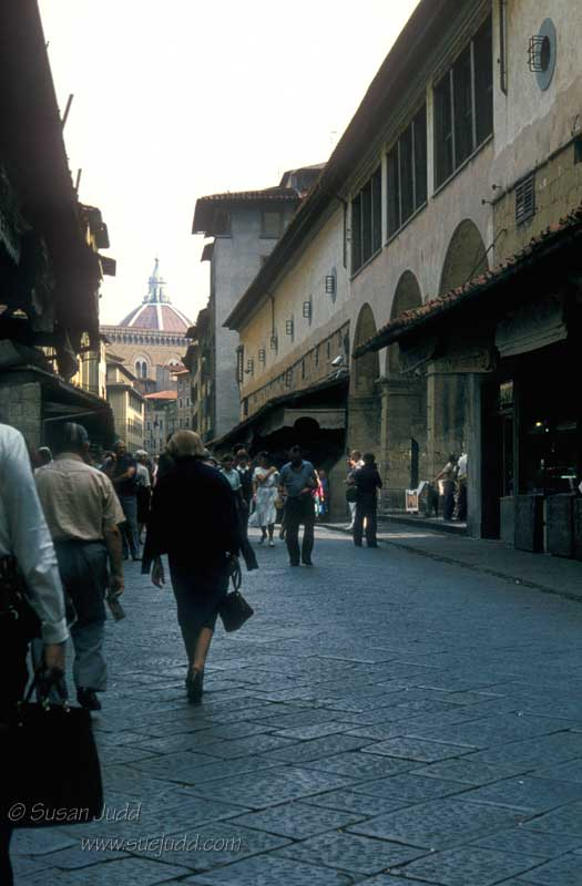 Woman in Black, Ponte Vecchio, Firenze, Italia